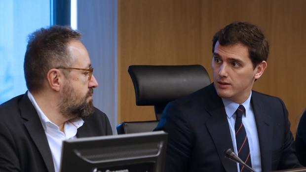 Albert Rivera junto a Juan Carlos Girauta en la reunión del grupo parlamentario de Ciudadanos