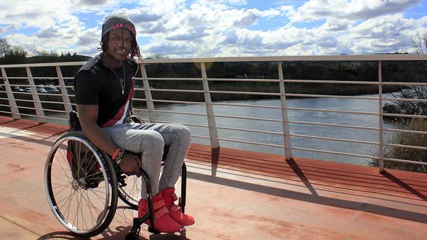 Brinston Tchana posa para ABC en el puente de acceso al Hospital Nacional de Parapléjicos