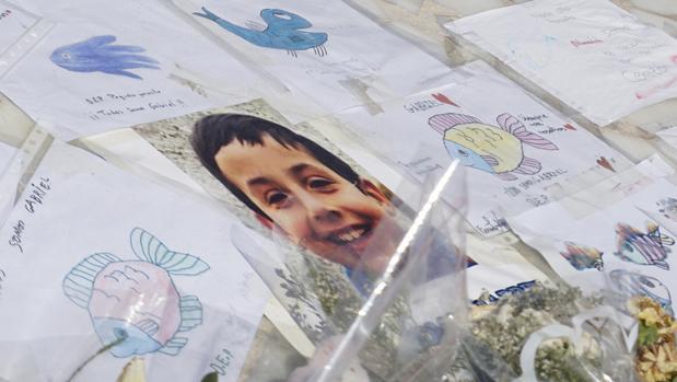 Una ballena varada situada al final de la avenida Federico García Lorca de la ciudad de Almería es un monumento que ahora se ha convertido en un inesperado altar para el niño Gabriel Cruz