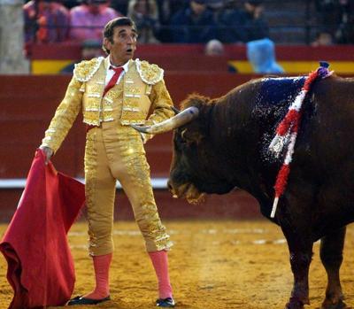 Dámaso González toreando en la feria de Fallas de Valencia en 2003, el año de su última reaparición