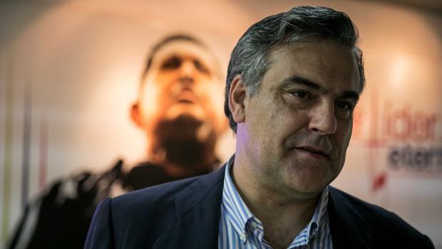 El embajador de España en Venezuela, Jesús Silva, camina en las instalaciones del aeropuerto caraqueño
