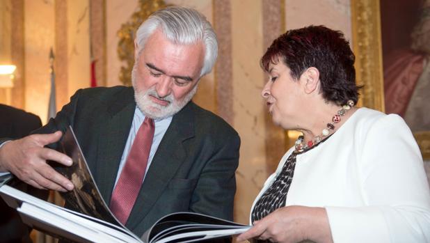 Darío Villanueva junto a la alcaldesa de Segovia, Clara Luquero