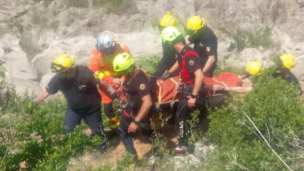 Momento en que efectivos de Bomberos han trasladado a la joven lesionada en camilla