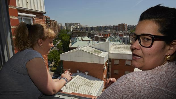 Dos afectadas observan los tejados con amianto