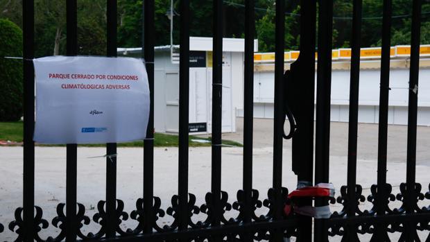 Las casetas del Feria del Libro, tras una puerta cerrada en El Retiro