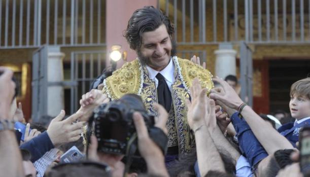 Morante de La Puebla salió en hombros de la plaza de toros de Córdoba, en su corrida número 1.000