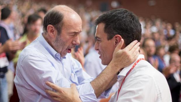 Alfredo Pérez Rubalcaba junto a su sucesor, Pedro Sánchez