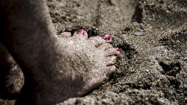 Imagen de archivo de unos pies en la playa