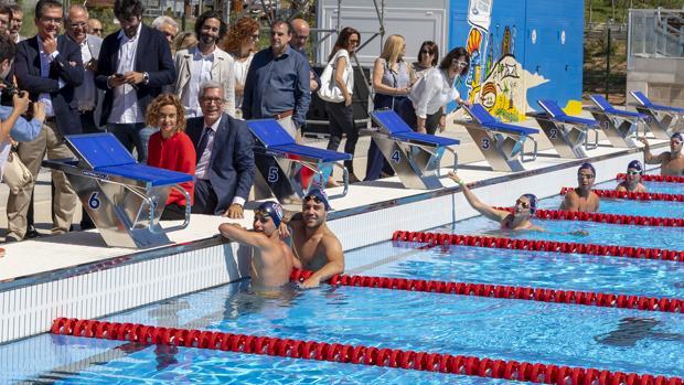 La ministra Batet y el alcalde Ballesteros, ayer en la inauguración de la piscina