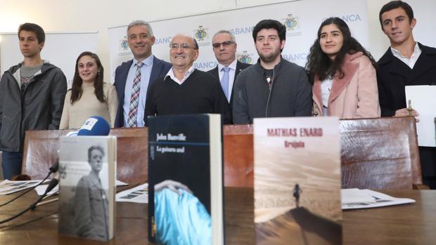 Alumnos miembros del jurado junto con el profesorado del IES Rosalía de Castro y directivos del premio