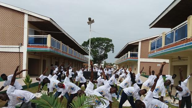 Estudiantes de Banjul, Gambia, en junio de 2018 por el Día Internacional del Yoga