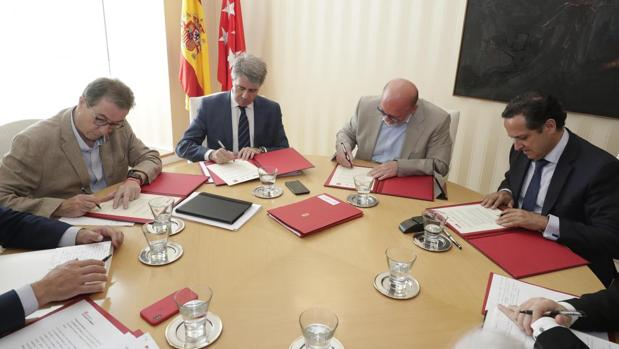 Cedrún (izq.), Garrido, Lóper Reíllo y Lázaro, en la firma de la prórroga de la Estrategia por el Empleo