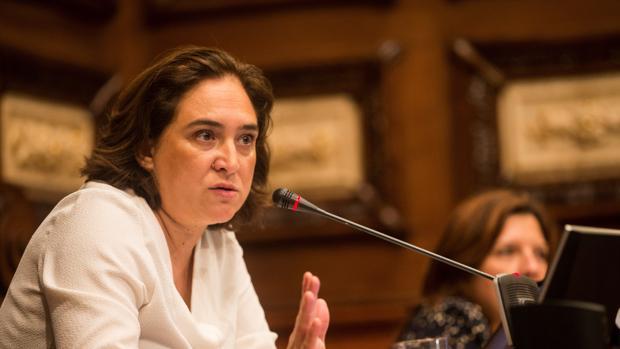 Ada Colau, durante el pleno extraordinario del Ayuntamiento en el que el gobierno de Barcelona en Comú