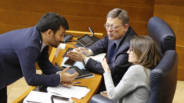 Vicent Marzà, junto a Ximo Puig y Mónica Oltra en las Cortes Valencianas