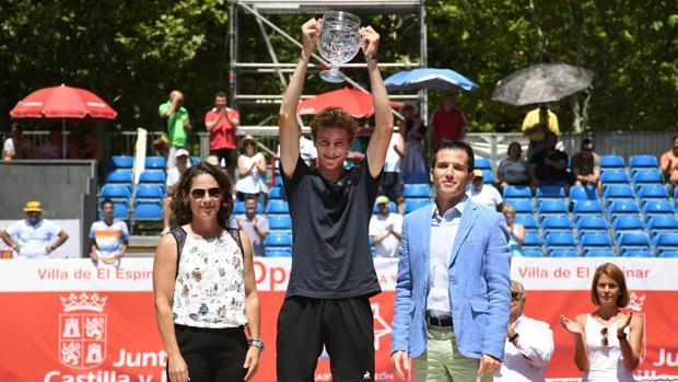 El tenista frances Ugo Humbert ,ganador de la 33 edición del Open Castilla y León, posa junta a la extenista y directora del torneo, Virginia Ruano y el director general de Deporte de la Junta, Alfonso Lahuerta