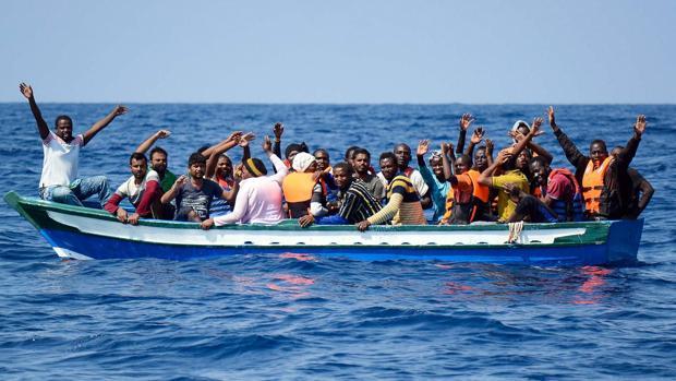 Varios inmigrantes siendo rescatados para ser llevados abordo del barco de rescate Aquarius