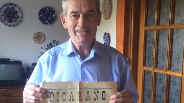 Vicente González con un ejemplar del periódico fundado por su abuelo