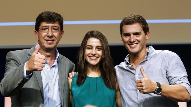 El candidato de Cs para Andalucía, Juan Marín; la número dos de Cs, Inés Arrimadas, y el líder, Albert Rivera.