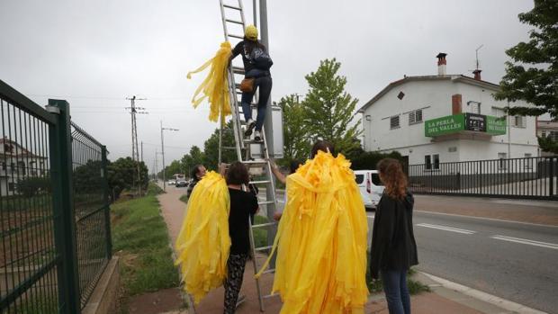 Miembros del Comité de Defensa de la República (CDR) colocan lazos amarillos en Granollers, Barcelona