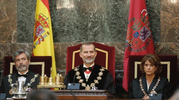 El Rey presidió el acto de apertura del curso judicial. En la imagen, rodeado por el presidente del Poder Judicial, Carlos Lesmes, y la ministra de Justicia, Dolores Delgado