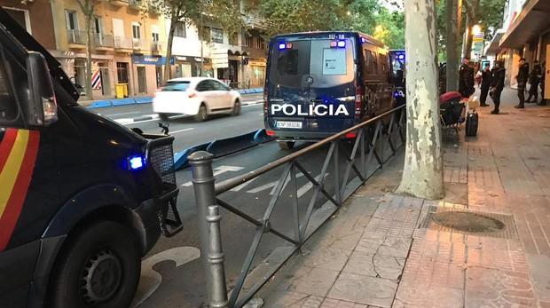 Furgones de la Policía, esta mañana, frente al edificio okupado por Hogar Social en Príncipe de Vergara