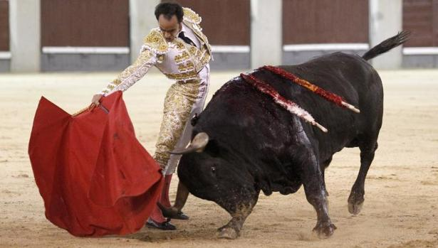 Christian Escribano cortó una oreja a un toro de Saltillo en su confirmación de alternativa en Madrid este domingo