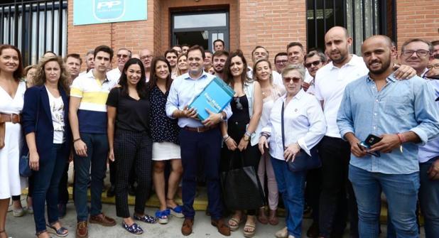 Núñez posa con decenas de militantes del PP y las carpetas con miles de firmas que han avalado su candidatura