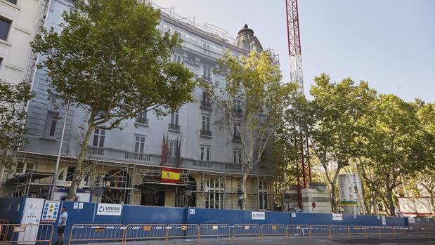 Una grúa, ayer, junto a la fachada principal del Hotel Ritz