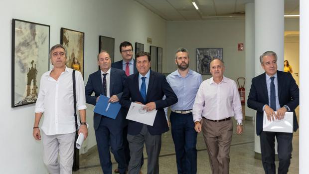 El consejero de Economía de Castilla y León, Carlos Fernández Carriedo (centro), reclama al Ejecutivo de Pedro Sánchez un trato igualitario