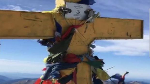 La cruz que corona el Pico Aneto (Huesca), pintada de amarillo por los independentistas catalanes