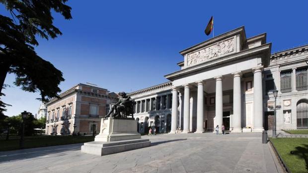 La fachada del Museo del Prado, tras la estatua dedicada a Velázquez