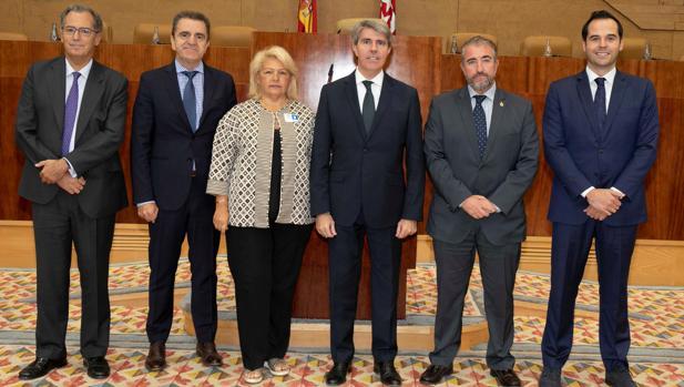 Los portavoces de PP, PSOE y Cs, con el presidente regional y los representantes de la AVT, Ángeles Pedraza y Miguel Folguera