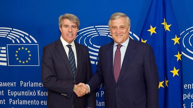 Ángel Garrido(izq.), presidente regional madrileño, junto al presidente del Parlamento Europeo, Antonio Tajani