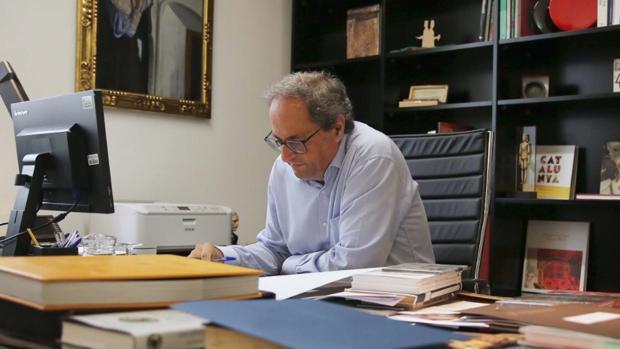 Imagen del presidente de la Generalitat, Quim Torra, trabajando el 12-O publicada en su de Twitter