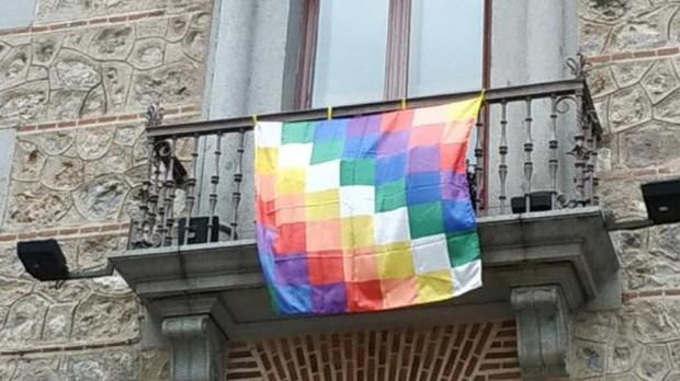 La bandera indígena colgada del balcón de la antigua sede del Ayuntamiento de Madrid, en la plaza de la Villa
