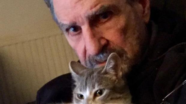 Mario Paoletti en su casa toledana con su gata Pipa