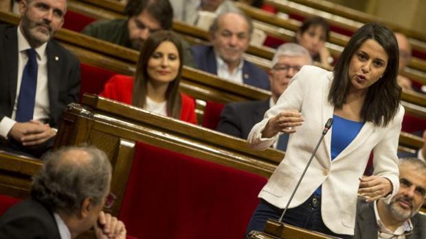Arrimadas, durante una interpelación a Torra este miércoles en el Parlament