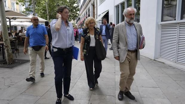 De izquierda a derecha, Marta Higueras, Carmena y Luis Cueto, el pasado mes de junio