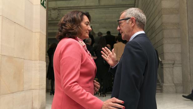 La consejera de Cultura y Turismo habla con el ministro José Guirao minutos antes de comenzar la Conferencia Sectorial