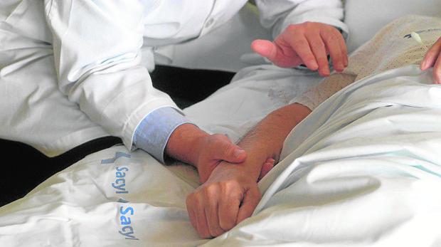 En las instrucciiones previas un paciente deja escrito si quiere que se alargue o no su vida artificialmente