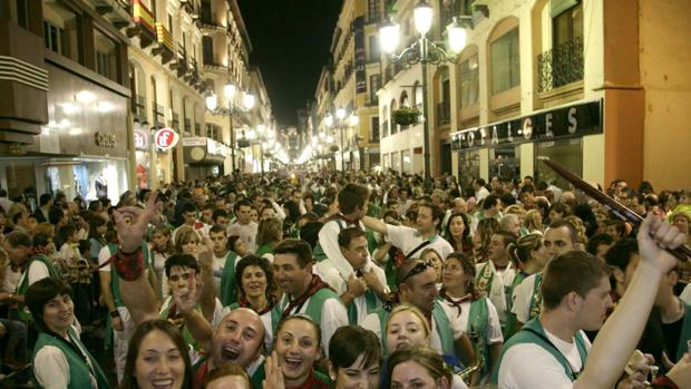 Peñistas por las calles de Zaragoza durante las multitudinarias fiestas del Pilar