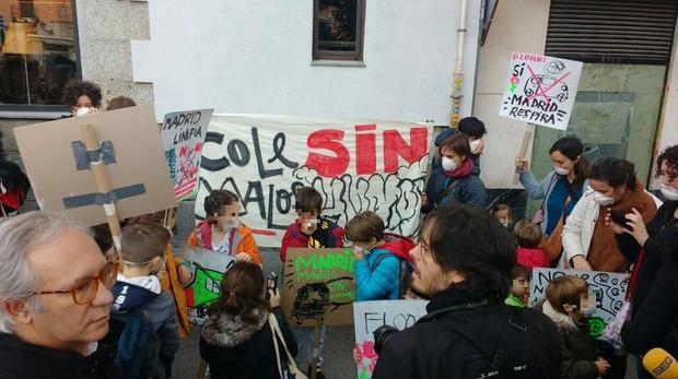 Alumnos del Colegio Nuestra Señora de La Paloma en una concentración a favor de Madrid Central