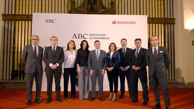 García-Page, flanqueado por la alcaldesa de Toledo, Milagros Tolón, y la directora territorial del Banco de Santander, Nieves Reina
