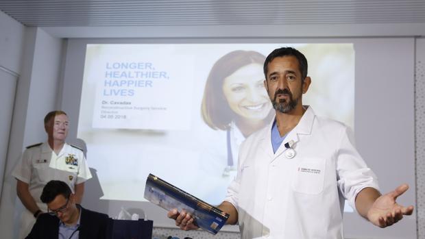 Imagen del doctor Pedro Cavadas tomada el día que fue condecorado por la Armada de los Estados Unidos