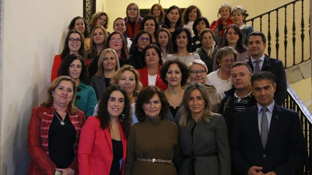 La vicepresidenta Carmen Calvo, con la alcaldesa, Milagros Tolón, las concejalas Rosana Rodríguez e Inés Sandoval y el delegado del Gobierno, Manuel González Ramos, y los miembros del Consejo Lcal de la Mujer