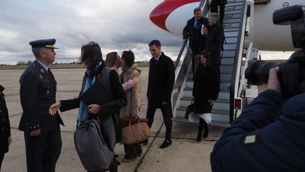 Sánchez y su séquito, en el momento de descender del Airbus que le ha trasladado a Valladolid