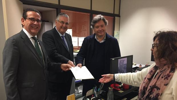 Los diputados Jorge Bellver y Luis Santamaría registran, junto al presidente de Lo Rat Penat, la propuesta