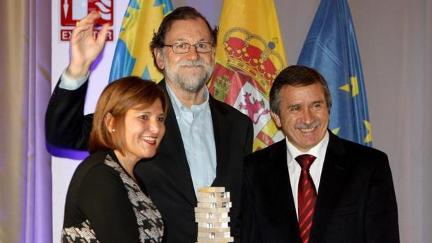Rajoy con el premio, flanqueado por Bonig y Aracil