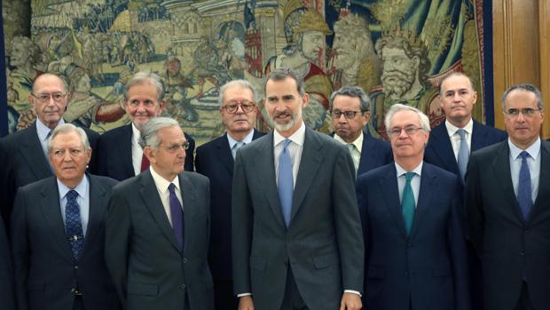 El Rey Felipe VI, durante la audiencia al Patronato de la Fundación Transición Española, en el Palacio de la Zarzuela