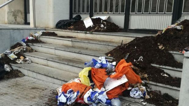 Montones de estiércol a las puertas de un juzgado catalán